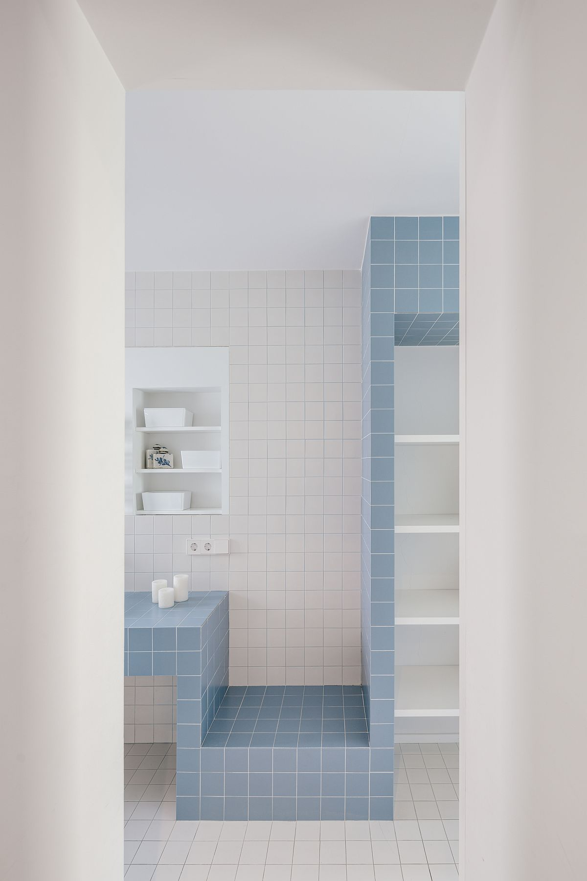 Polished contemporary bathroom in white and blue