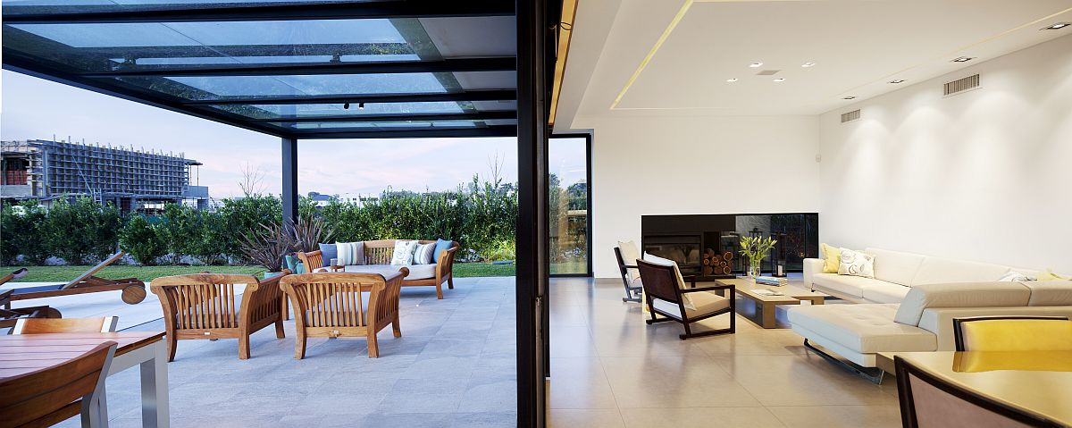 Sliding-glass-doors-connect-the-kitchen-with-the-outdoor-space-27780