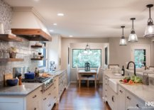 Spacious-and-light-filled-industrial-farmhoue-kitchen-with-a-modern-backdrop-31540-217x155