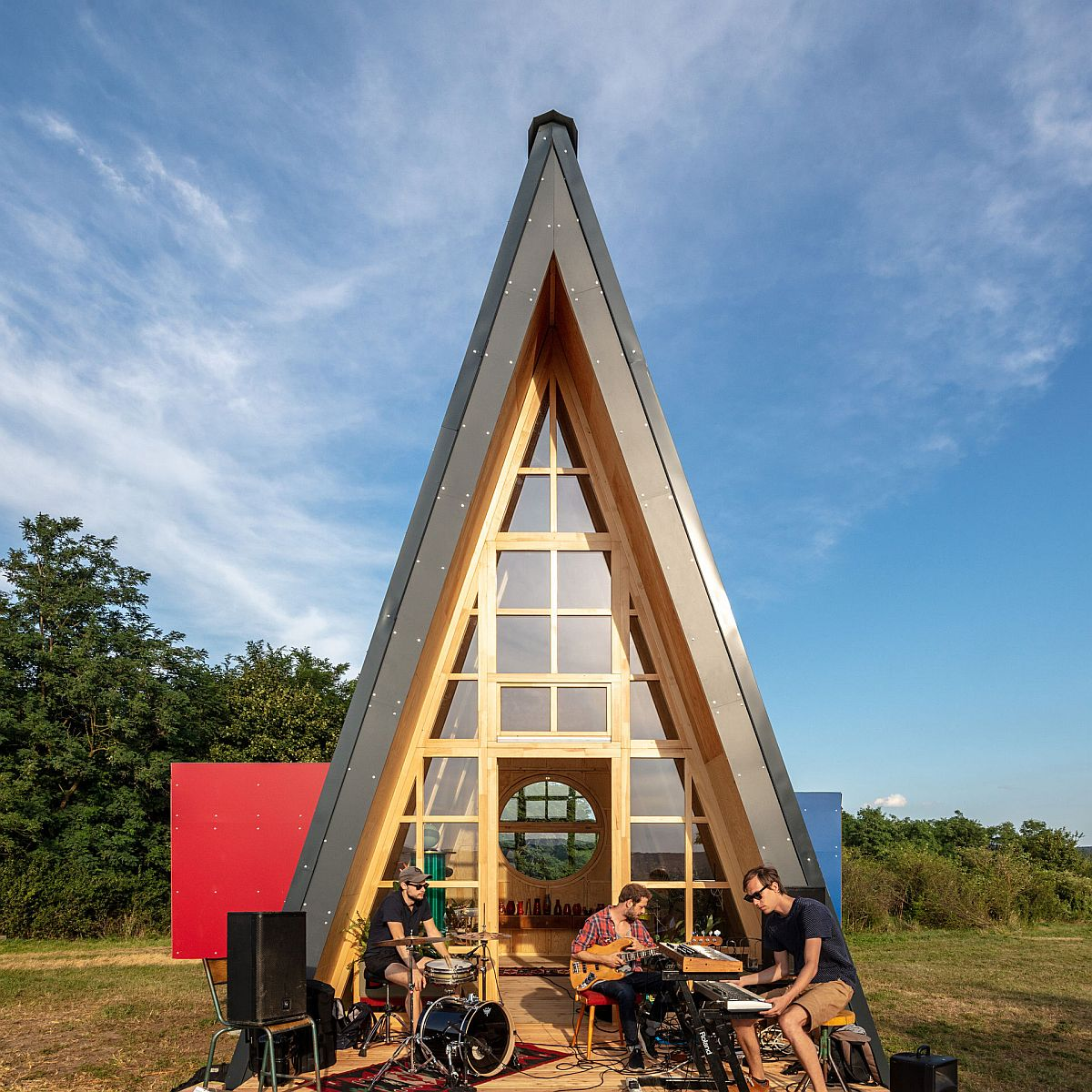 Sturdy-and-space-savvy-design-of-the-cabin-with-A-frame-makes-an-instant-visual-impact-24815