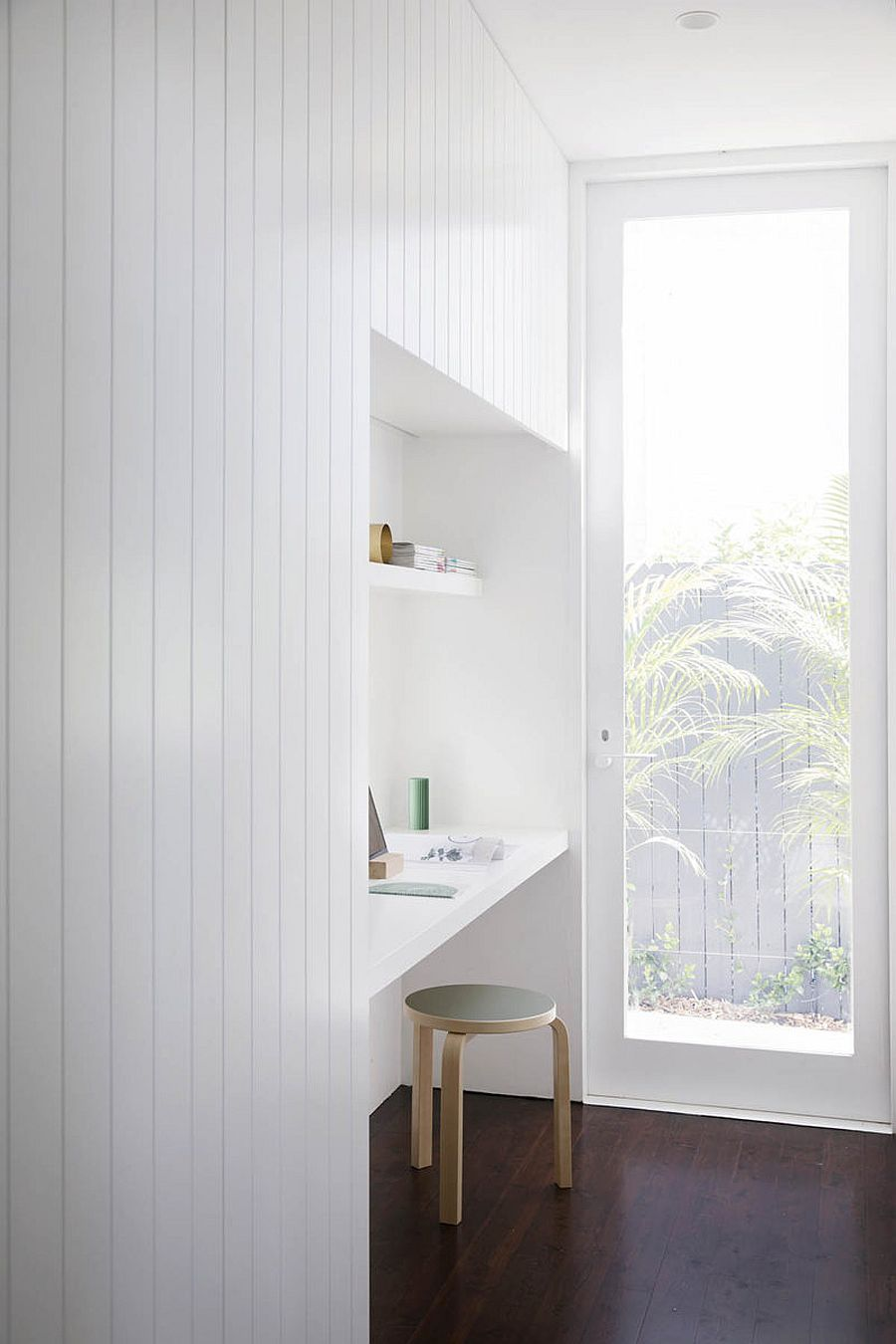 Utilizing-the-little-niche-in-the-hallway-to-create-a-functional-space-41413
