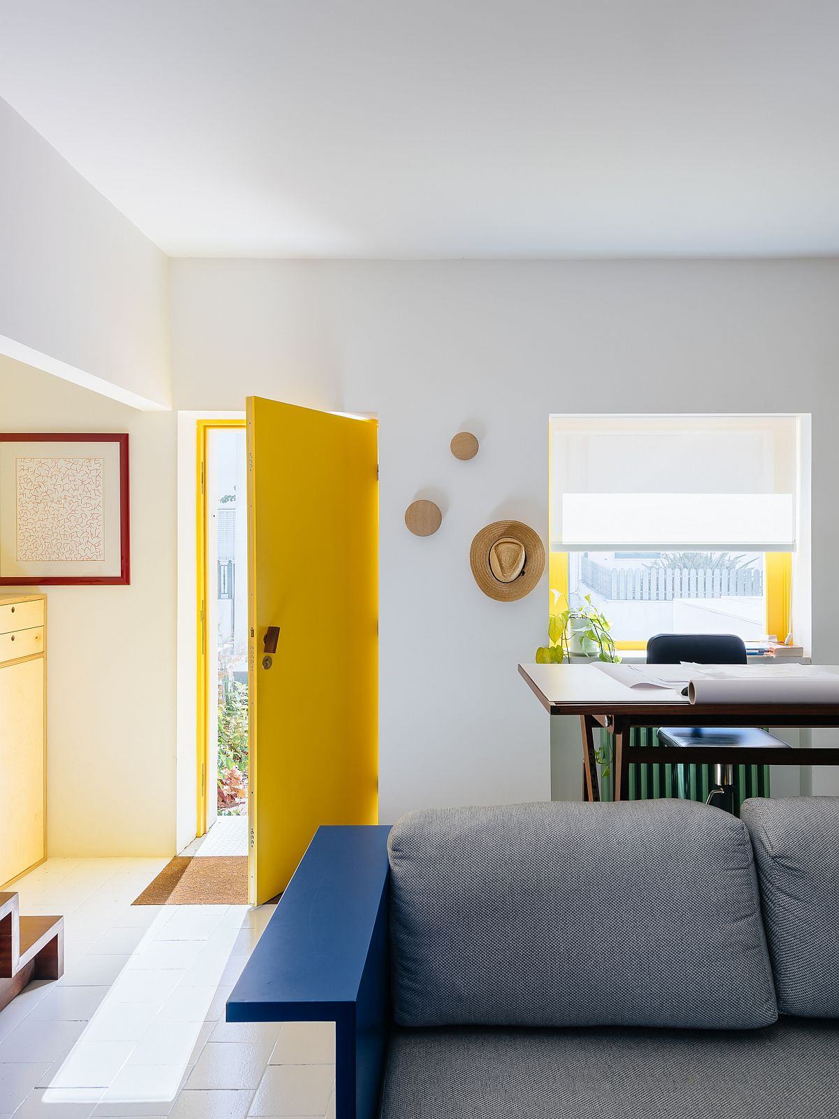 Balance-between-neutral-backdrop-and-bold-colors-inside-the-house-46949