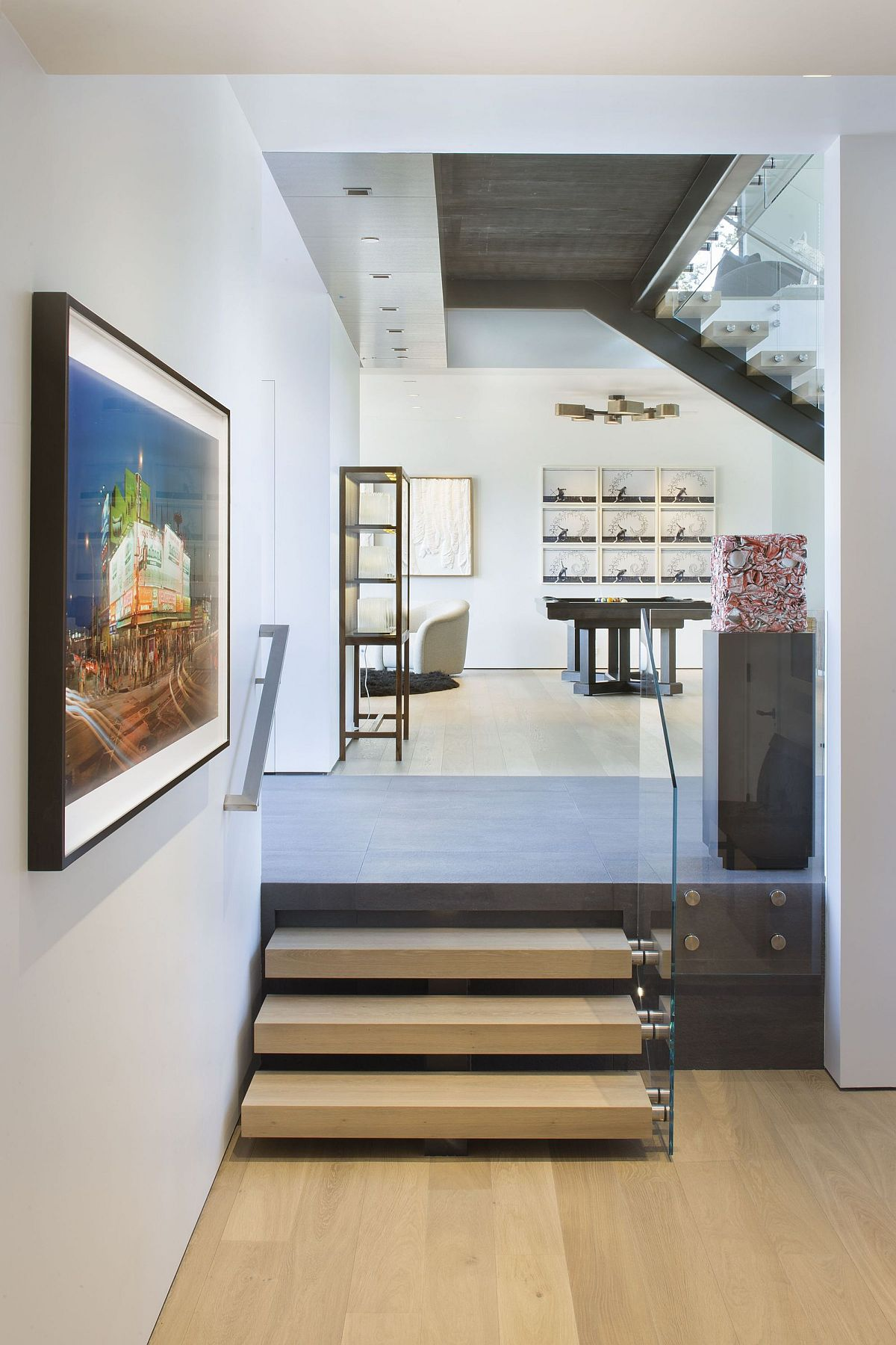 Blank-white-walls-throughout-the-house-are-used-to-display-the-lovely-art-collection-of-the-homeowner-49902