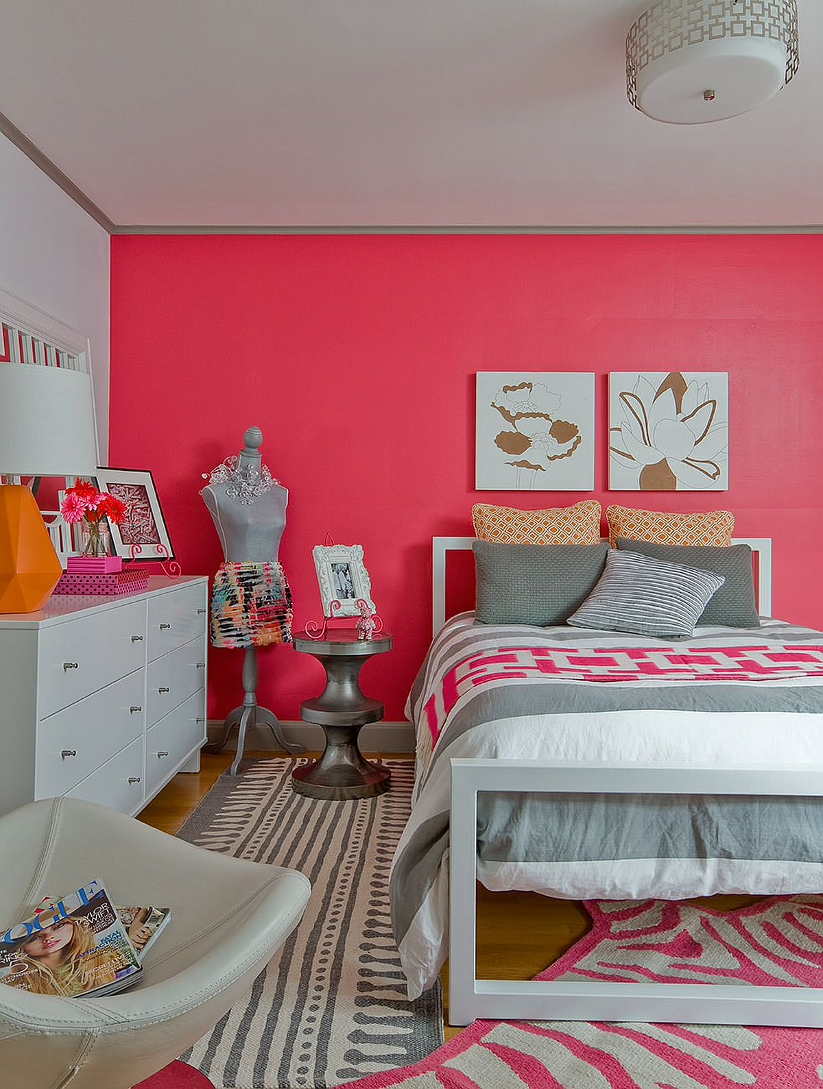 Bright pink accent wall for the eye-catching teen girls' bedroom that has an air sophistication