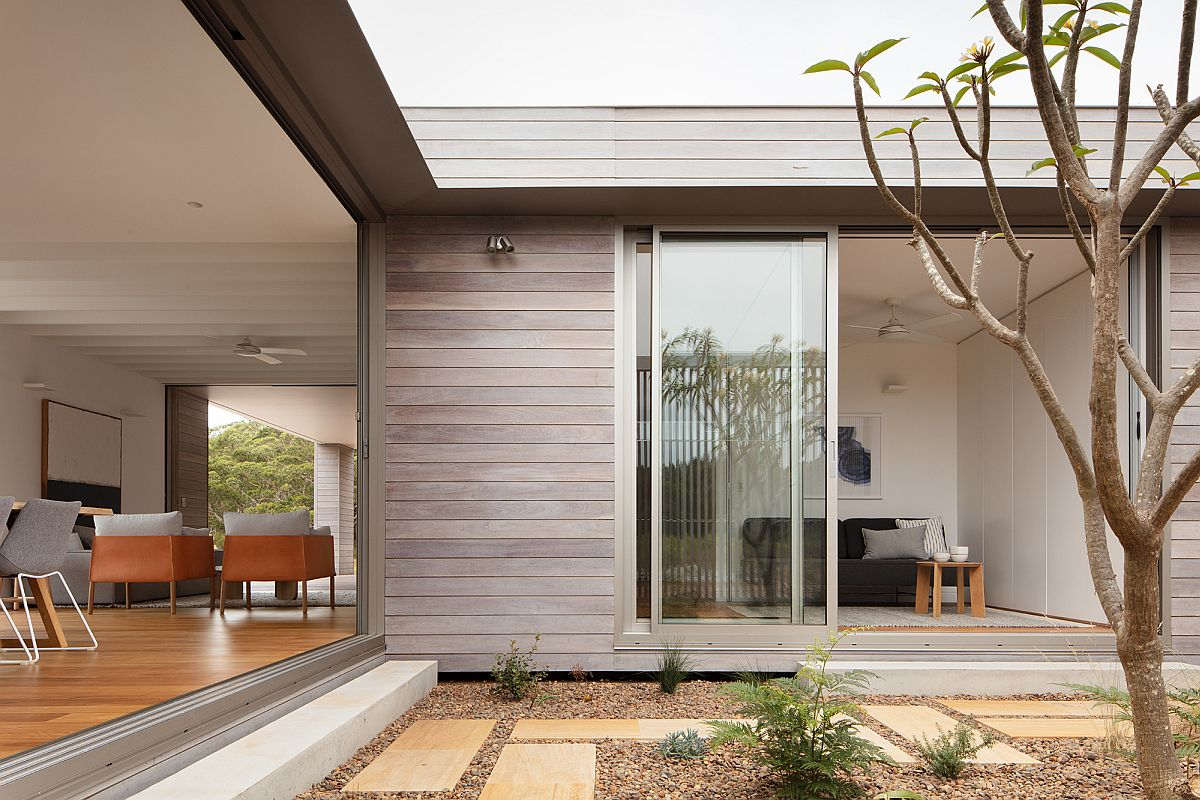 Central-courtyard-of-the-prefab-becomes-an-integral-part-of-the-living-area-and-the-bedrooms-next-to-it-62397