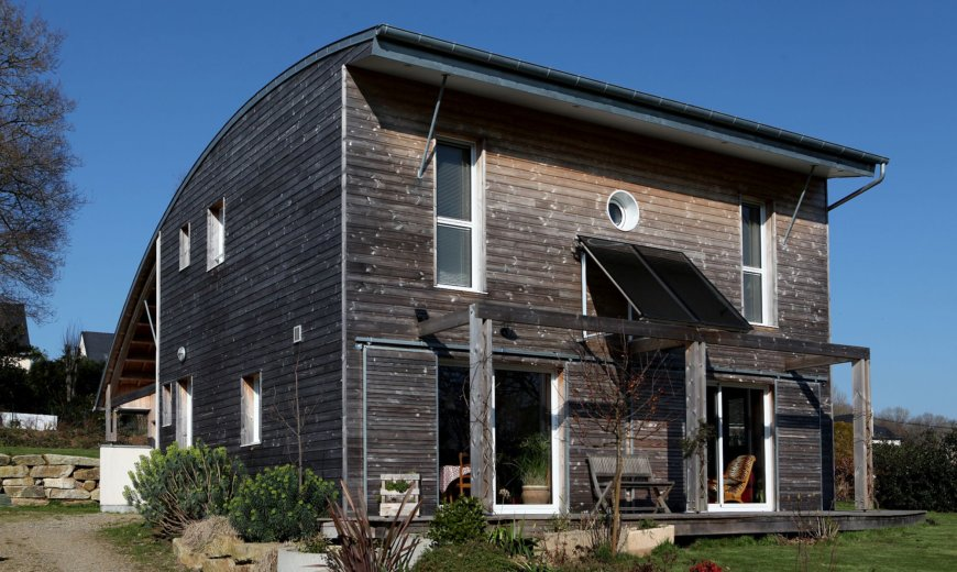 Bioclimatic House in Wood and Concrete: Sustainable Living with Green Goodness