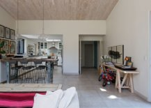 Custom-kitchen-breakfast-zone-in-reclaimed-wood-adds-textural-beauty-to-the-open-space-64922-217x155