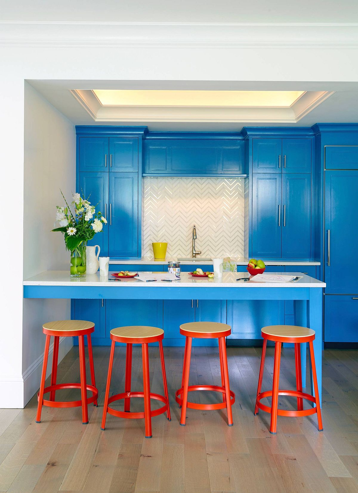 Eclectic-blend-og-blue-and-orange-inside-the-vivacious-NYC-kitchen-with-ample-storage-space-58849