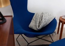 Finding-the-right-luxurious-chair-in-dark-blue-for-the-modern-living-room-in-neutral-hues-12408-217x155