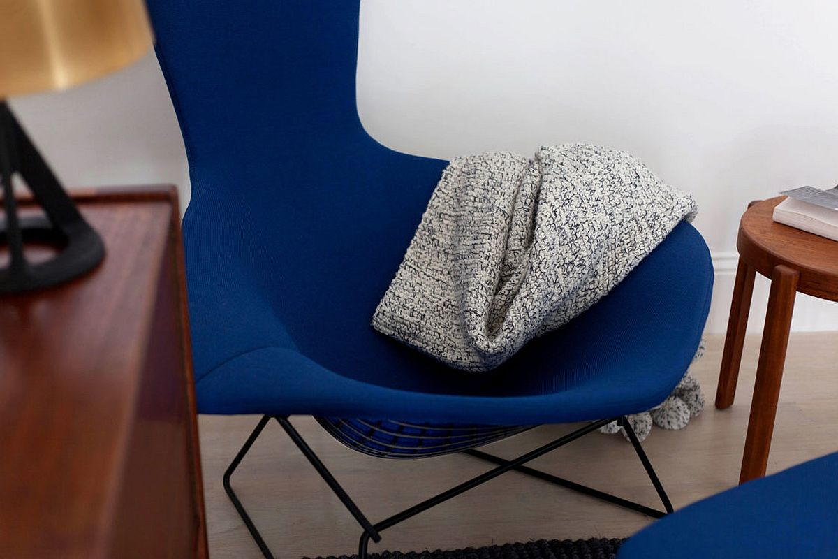 Finding the right luxurious chair in dark blue for the modern living room in neutral hues