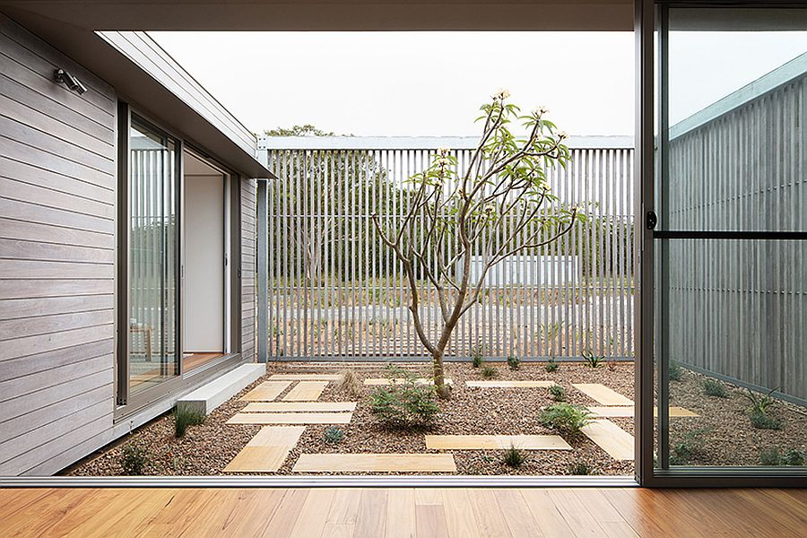 Interior-courtyard-of-the-house-feels-both-open-and-still-offers-privacy-at-the-same-time-88029