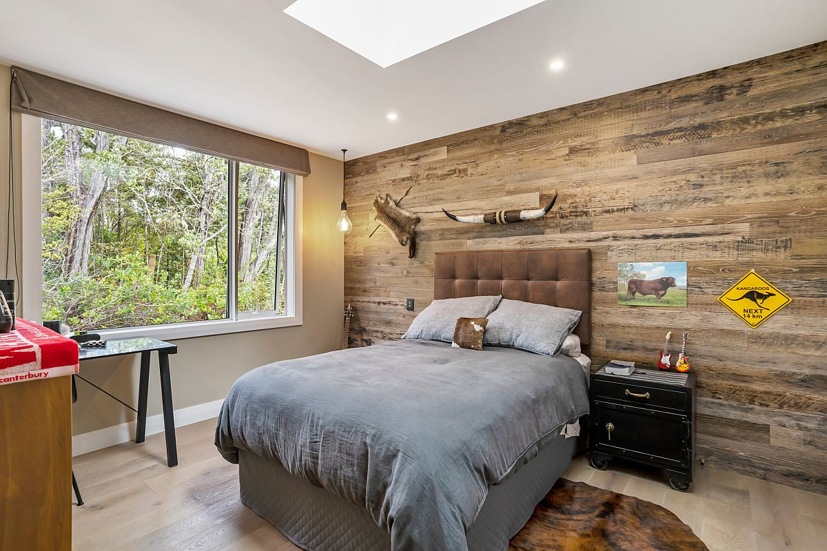 Lovely wooden accent wall for teen boys' bedroom with skylight and ample space