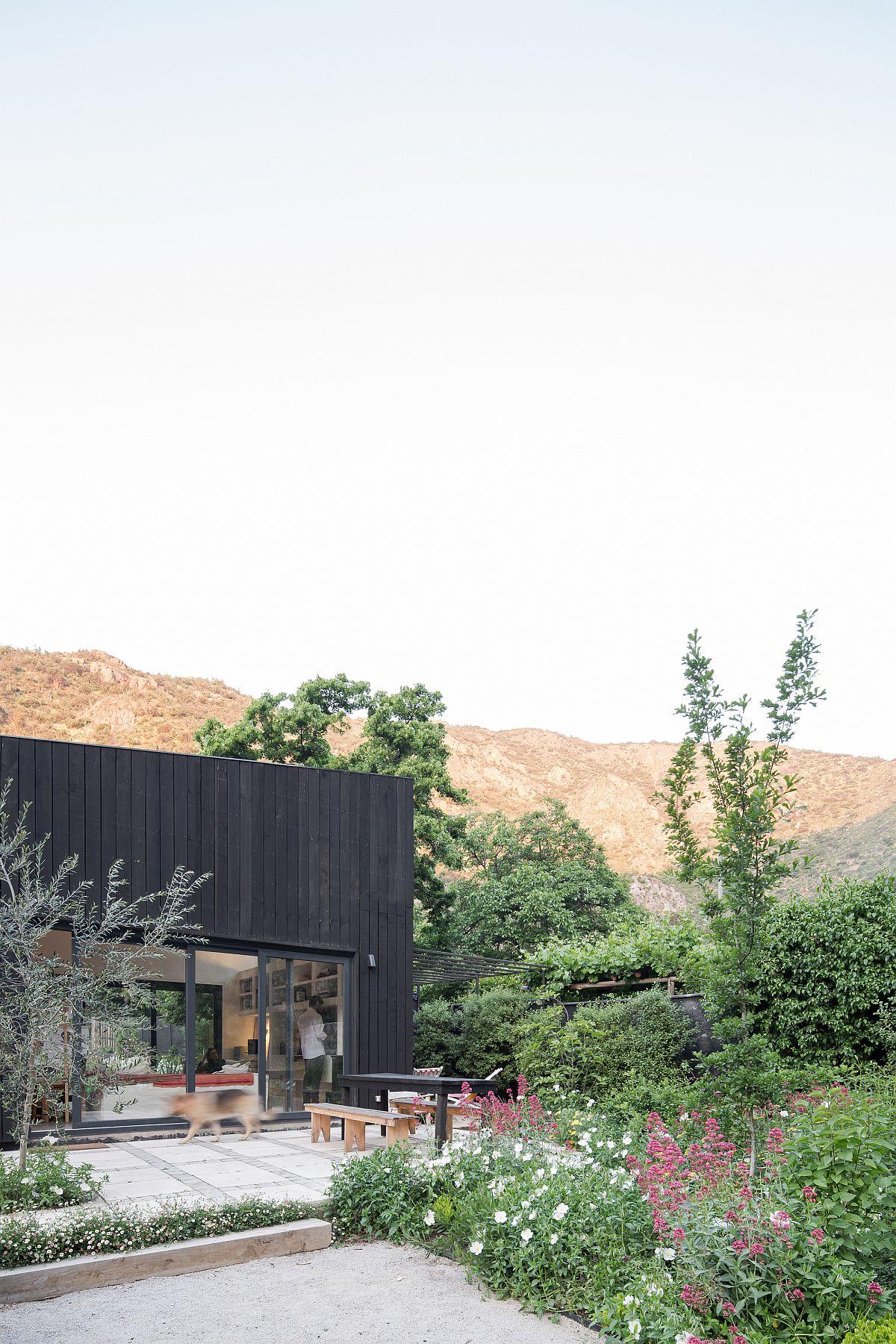 Lush-green-landscape-aruund-the-El-Arrayan-House-in-Santiago-73186