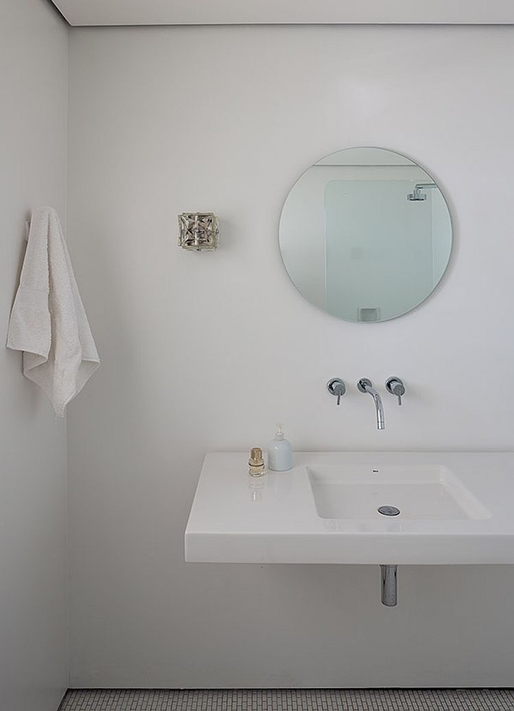 Modern Minimal bathroom in white feels easy on the eyes