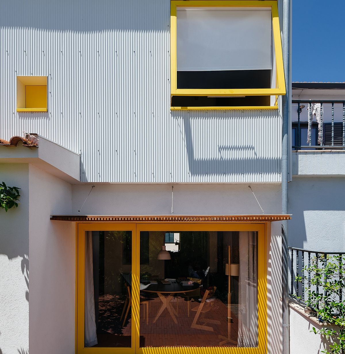 Modular-flexible-systems-bring-new-space-and-ventilation-into-AA8-small-home-in-Portugal-79557