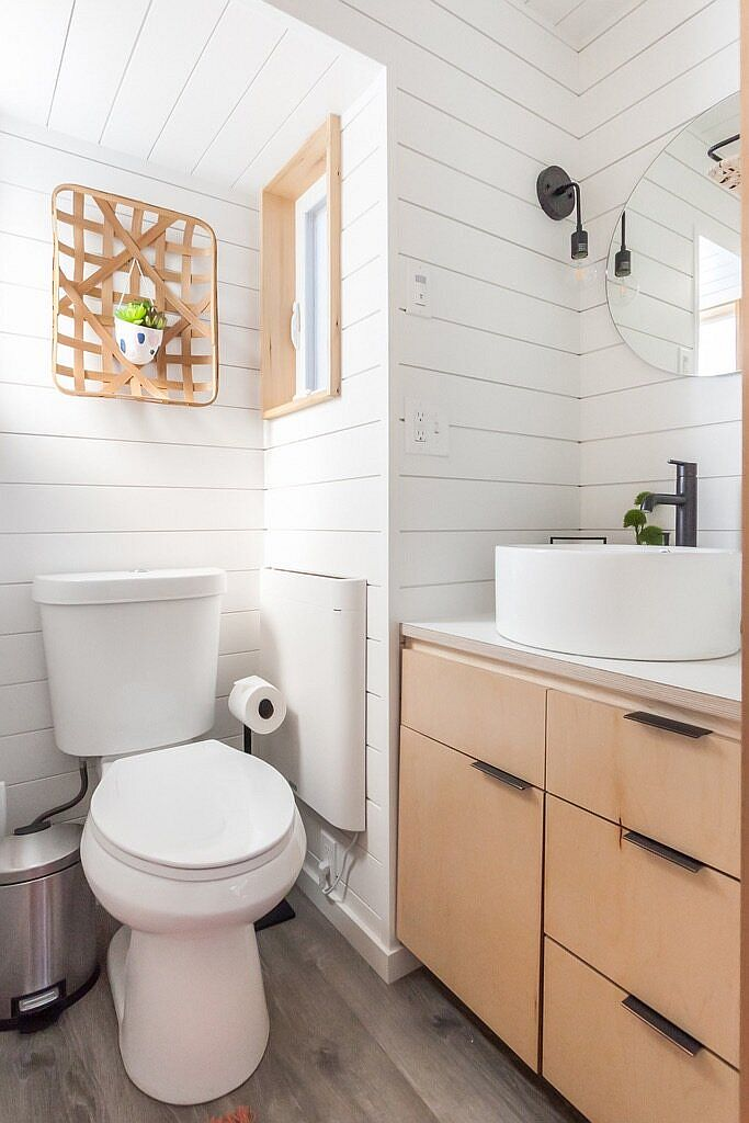 Small bathroom in wood and white with ample natural light