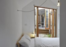 Small-bedroom-deisgn-that-utilized-natural-light-along-with-modest-lighting-47321-217x155