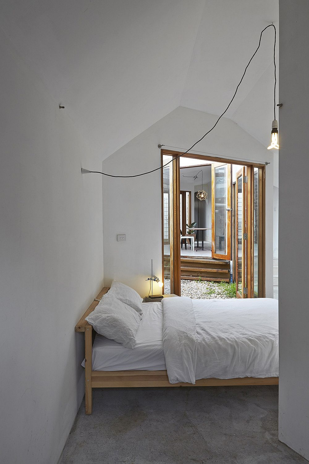 Small-bedroom-deisgn-that-utilized-natural-light-along-with-modest-lighting-47321