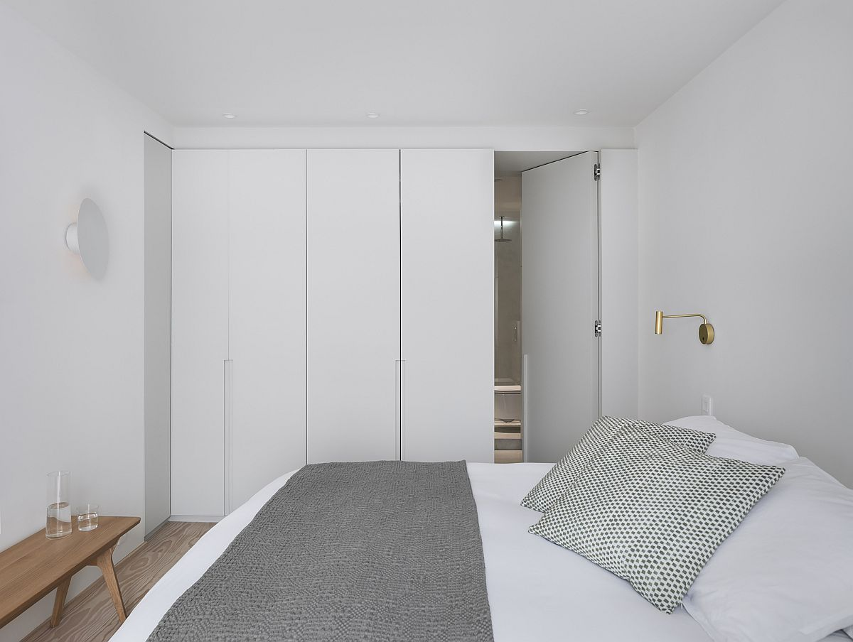 Small-bedroom-of-the-house-with-minimal-decor-and-white-walls-55469