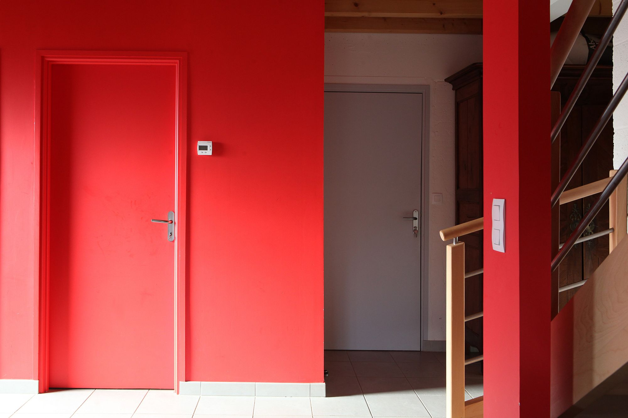 Splash of red brings brightness to the interior of the eco-friendly French home
