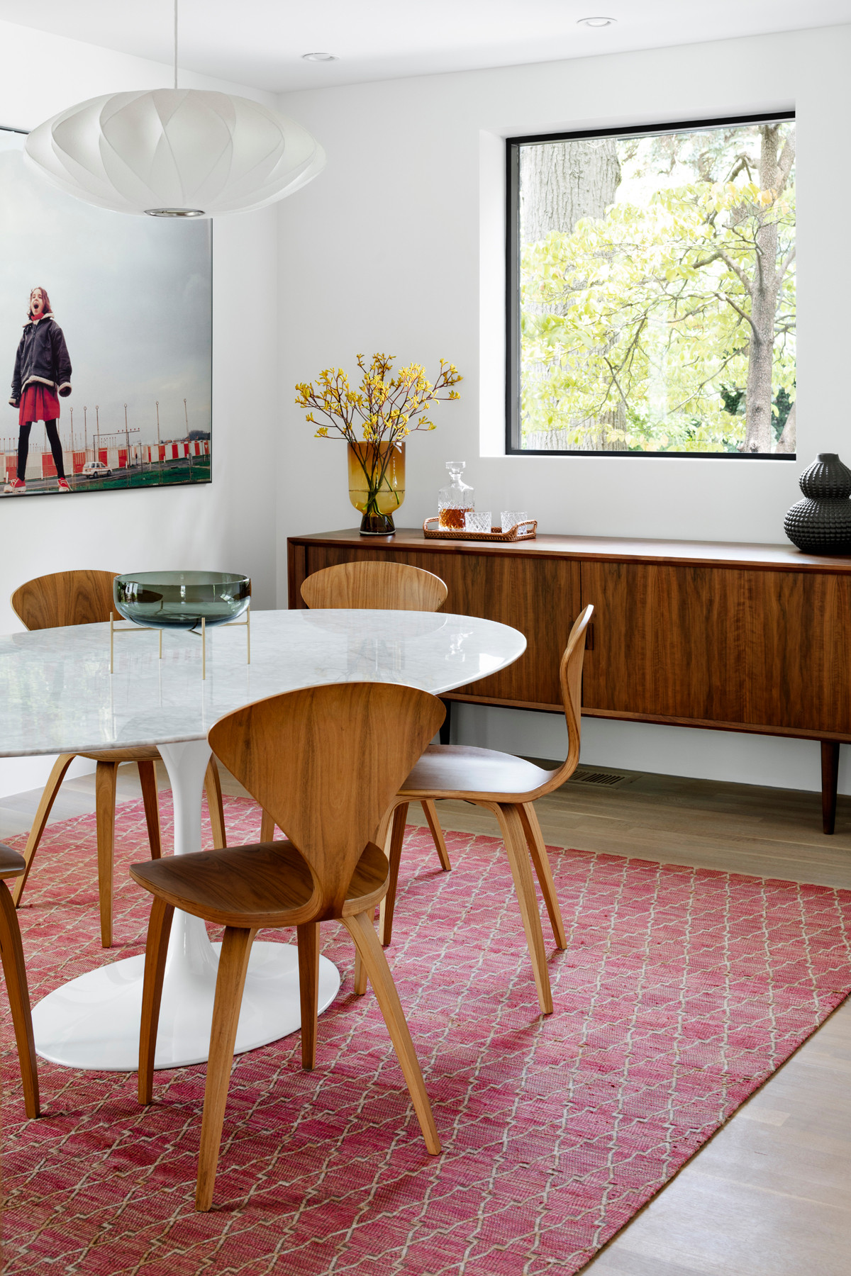 Adapting a mid-century modern style allows you to try out iconic decor pieces like the curvy Cherner chair