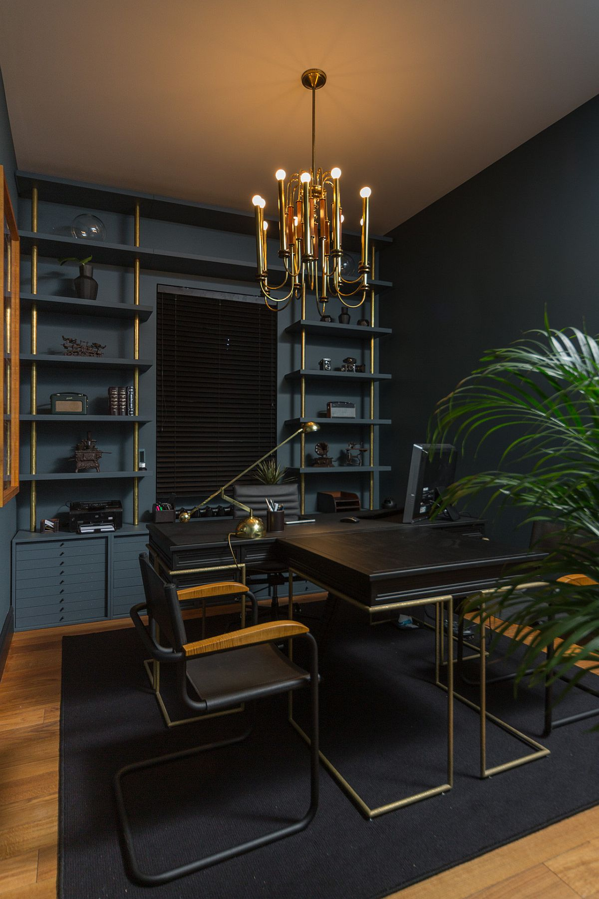 Black-and-dark-blue-walls-in-the-home-office-usher-in-an-air-of-urbane-elegance-30869