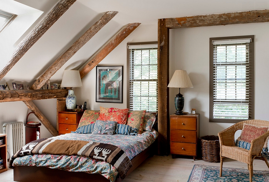 Combining shabby chic with eclectic inside the small bedroom with ceiling beams