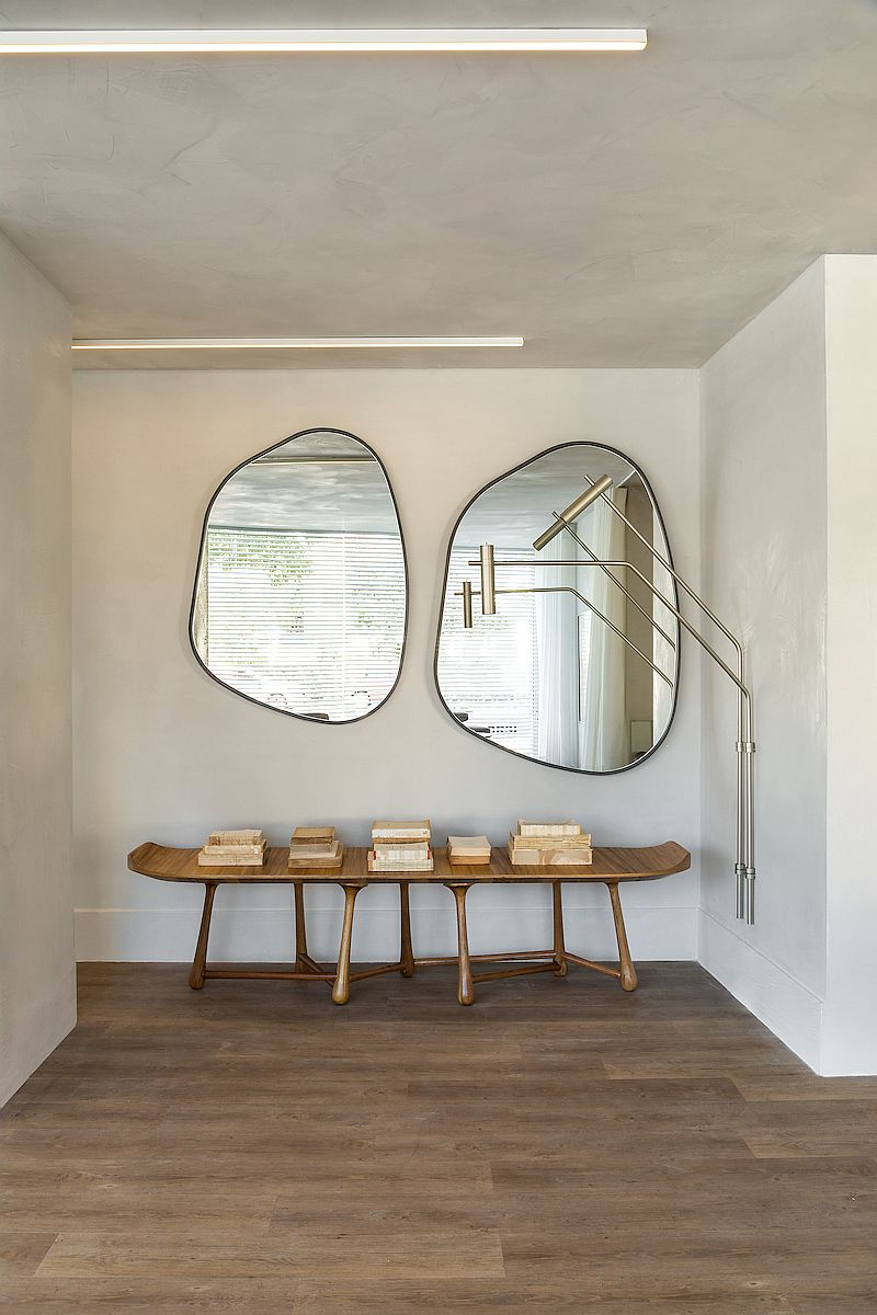 Fabulous use of mirrors and console table to decorate the hallway a the entrance