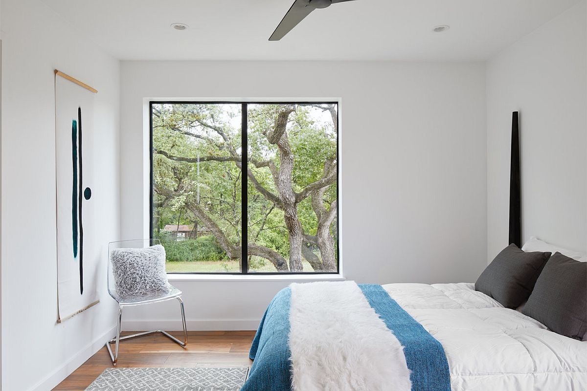 Modern-bedroom-in-white-of-the-Texas-home-with-simple-blue-accents-84049