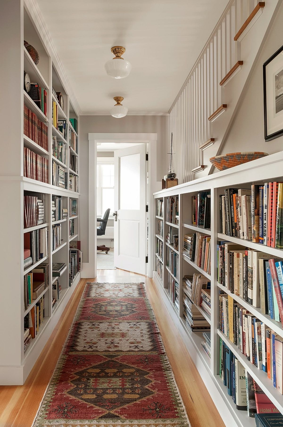 Simple and practical bookshelf design for the small hallway
