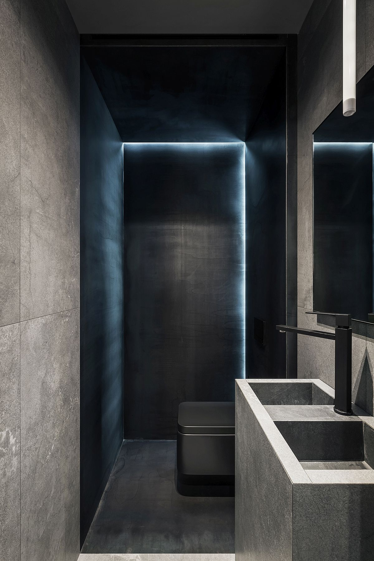 Using black to fashion a sophsiticated and modern bathroom with urbane elegance