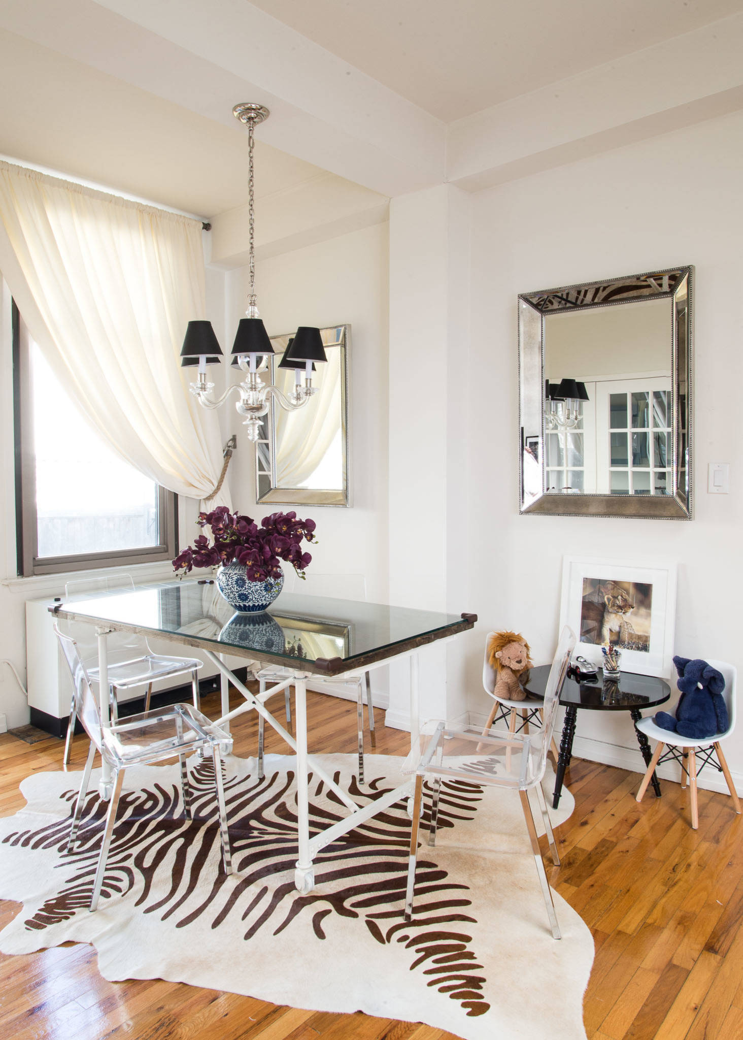 Acrylic-chairs-mirrors-and-the-white-backdrop-create-a-breezy-beautiful-dining-room-that-is-spacious-despite-its-small-size-33892