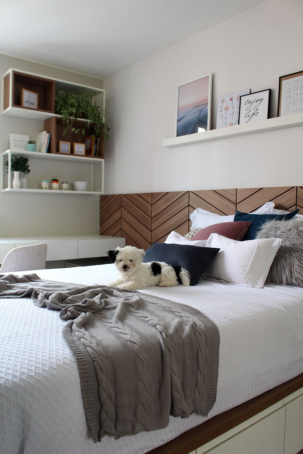Bela's bedroom in Sudoeste, Brasília with a refined wood and white color scheme