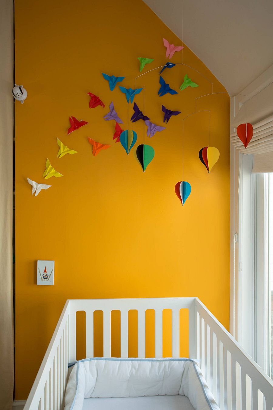 Decorating-the-orange-accent-wall-in-modern-nursery-34498