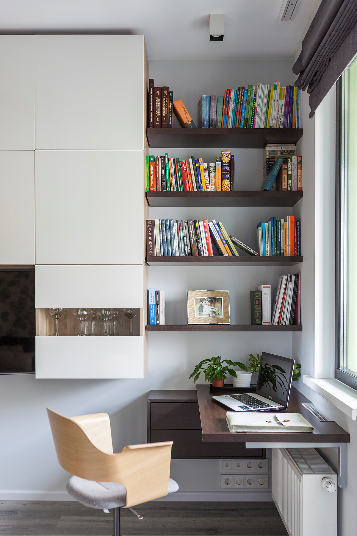 Find-a-corner-in-the-home-library-for-a-space-savvy-workspace-37048