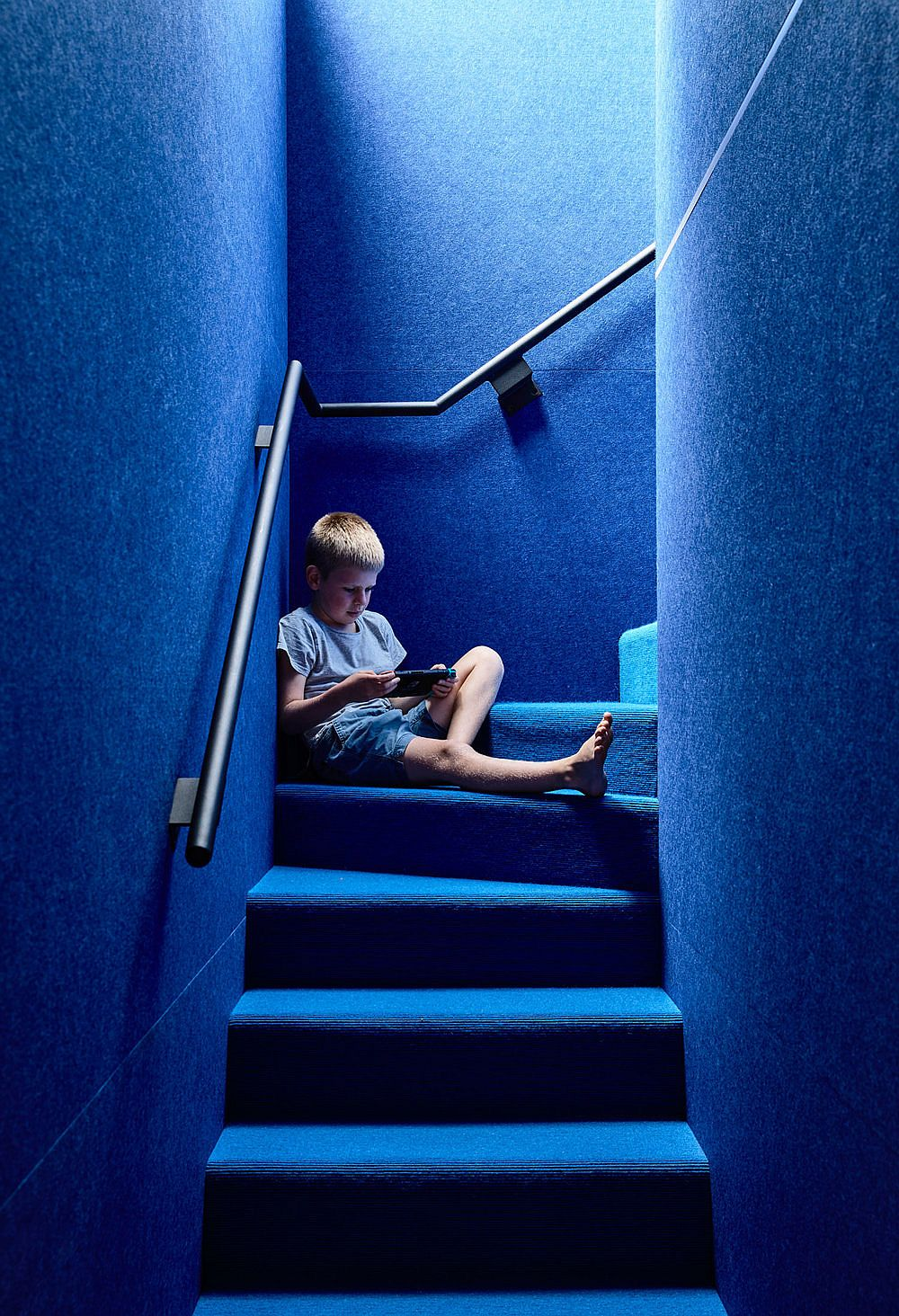 Light-well-illuminates-the-blue-stairway-in-a-fabulous-manner-96059