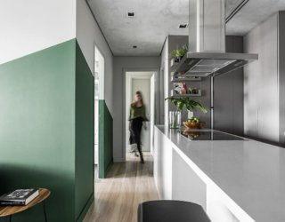 Brooklin Apartment: Mirrored Cabinets, Burnt Cement Ceiling and Colorful Spark