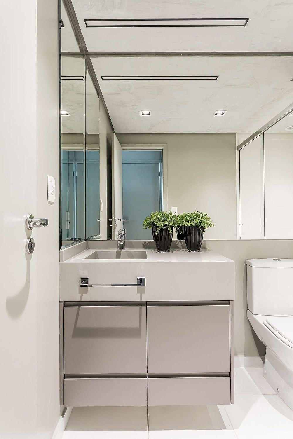 Modern-bathroom-in-white-with-burnt-cement-ceiling-and-lovely-LED-lighting-86053