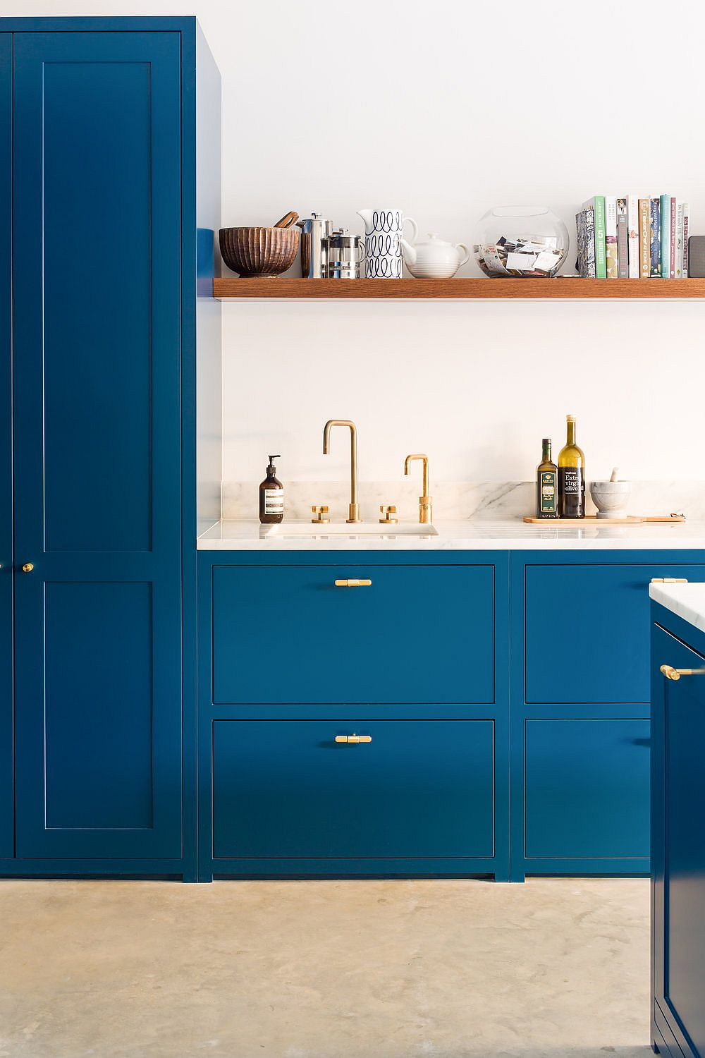 Sleek wooden shelves in oak serves as a lovely display in this kitchen