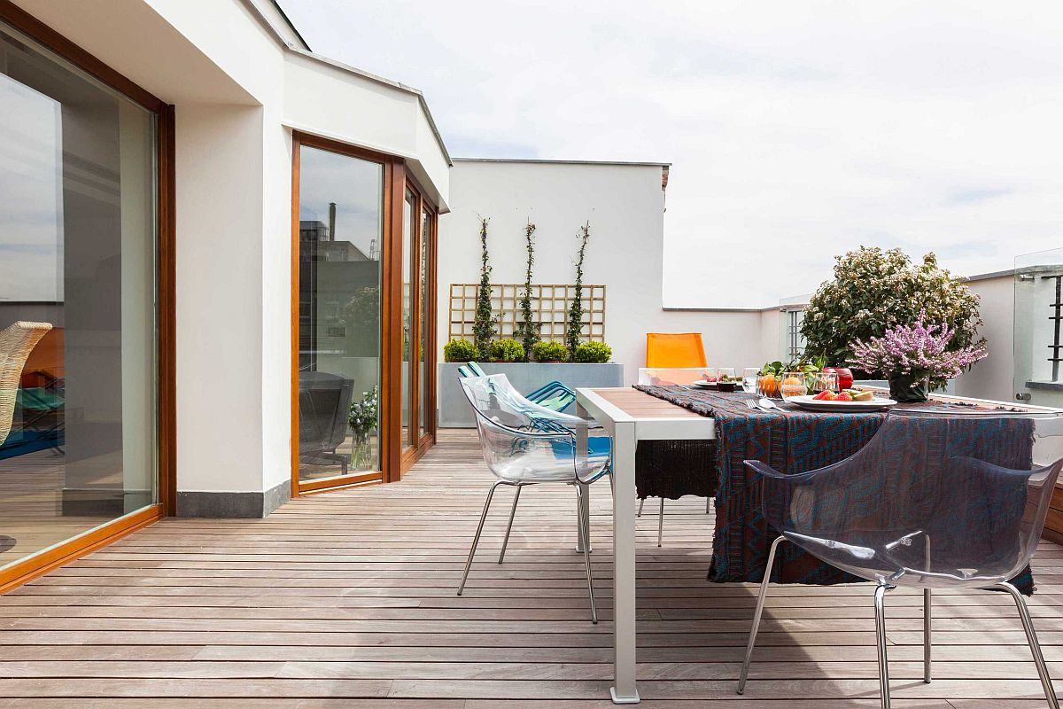 Acryclic chairs coupled with smart outdoor table takes dining outside