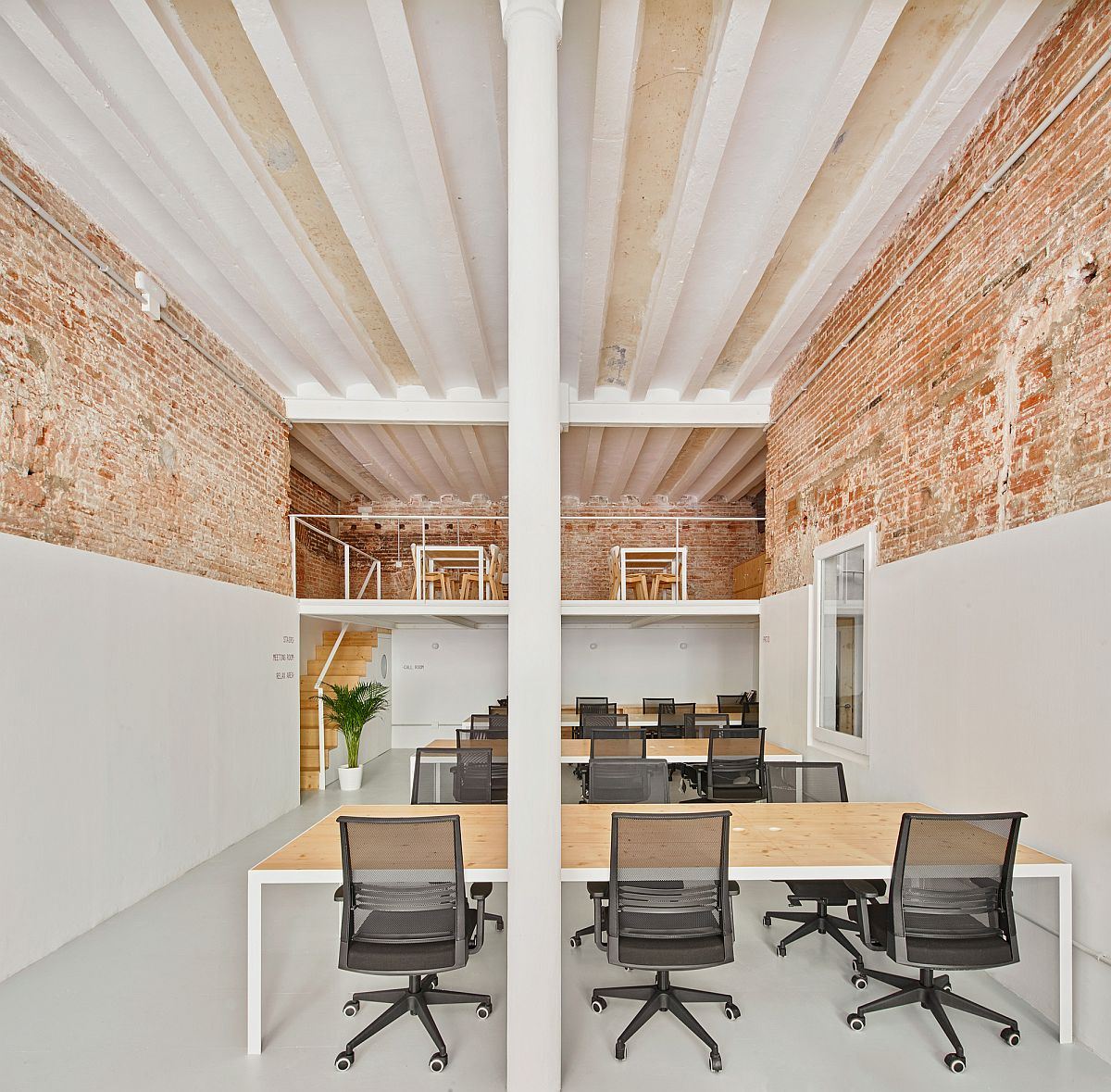 Bricks, casted steel columns and spacious interior in white shape this fabulous office