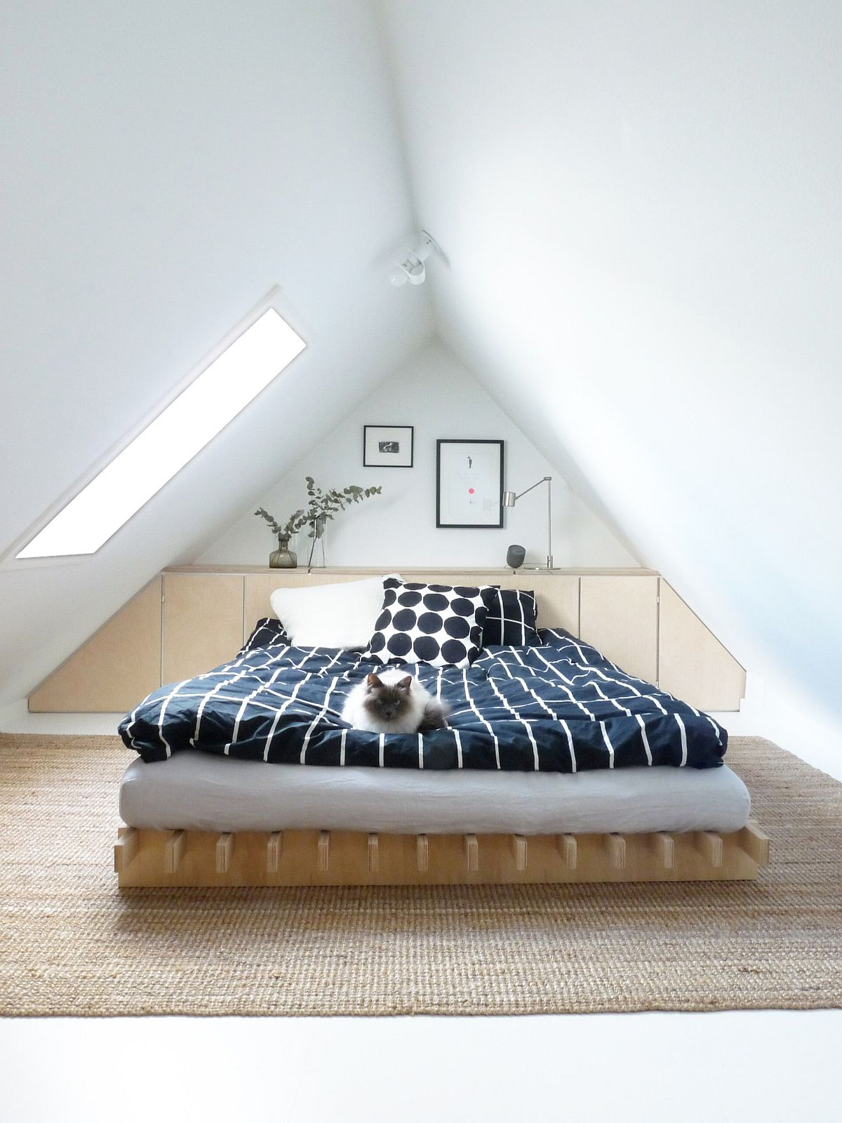 Colorful-bedding-offers-an-easy-way-to-usher-color-into-the-small-white-bedroom-96492