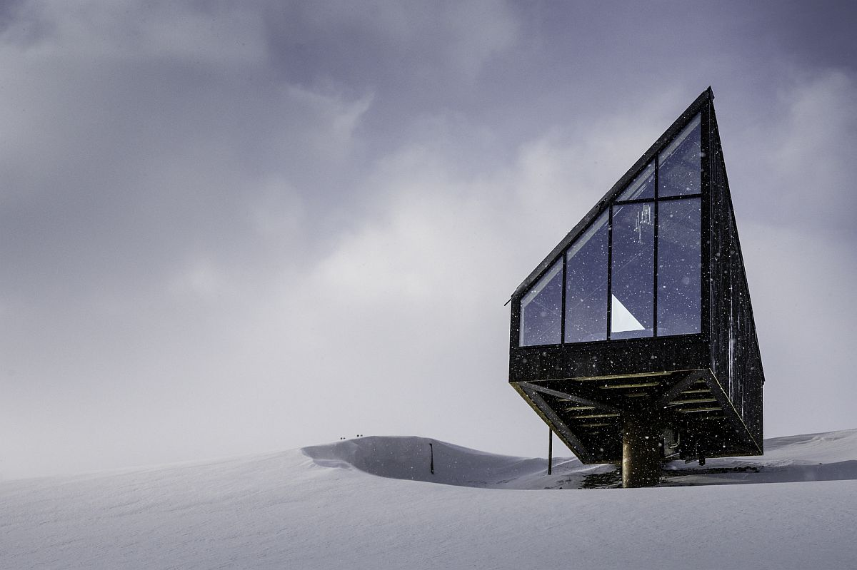 Diamanten Cabin stands like a brilliant work on modern art on the snow-clad slopes