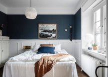 Eye-catching-blend-of-deep-blue-and-white-in-the-modern-bedroom-14942-217x155