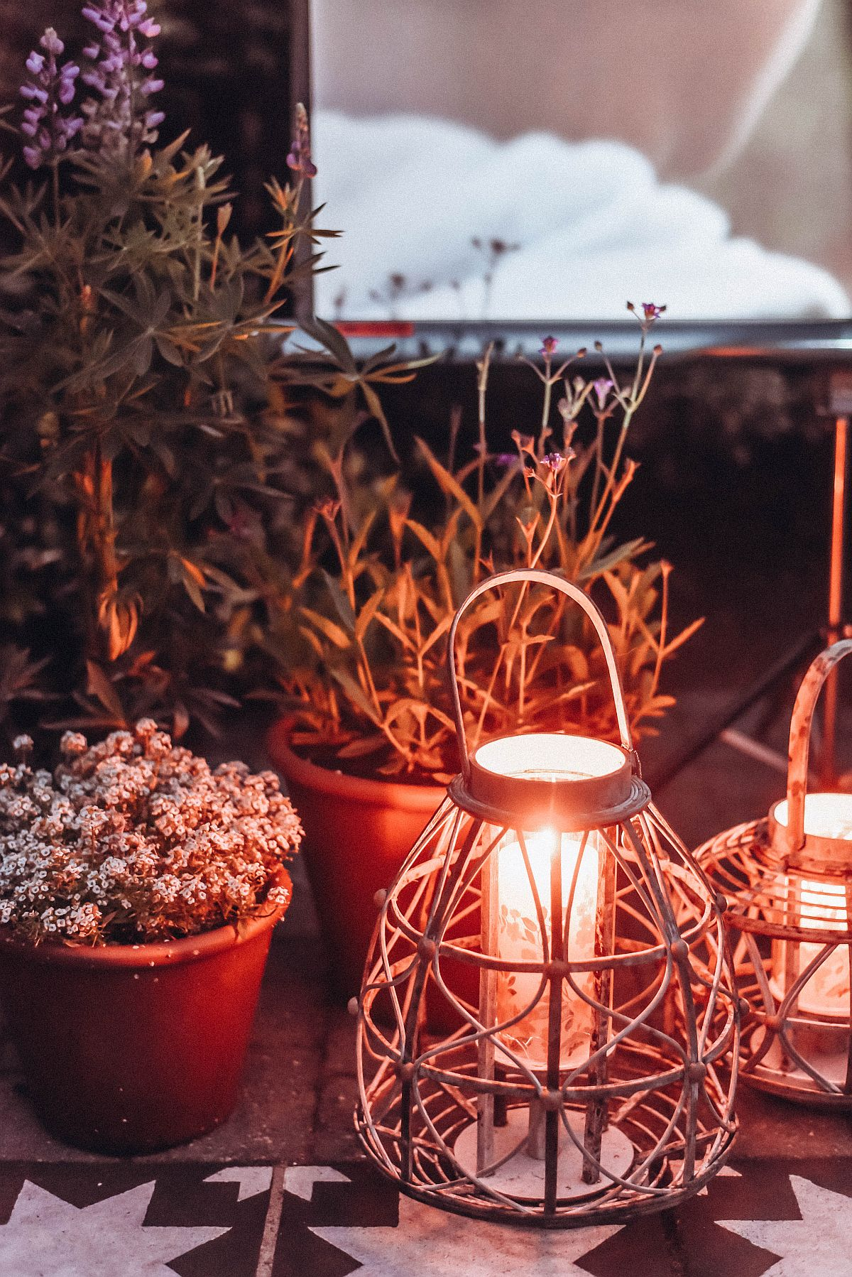 Finding the right decor and lights for the outdoor cinema