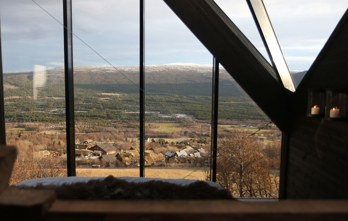 Large-floor-to-ceiling-glass-windows-bring-the-spectacular-views-inside-the-cabin-22086