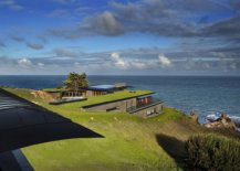 Lovely-green-roof-blends-the-home-seamlessly-into-the-coastal-landscape-23810-217x155