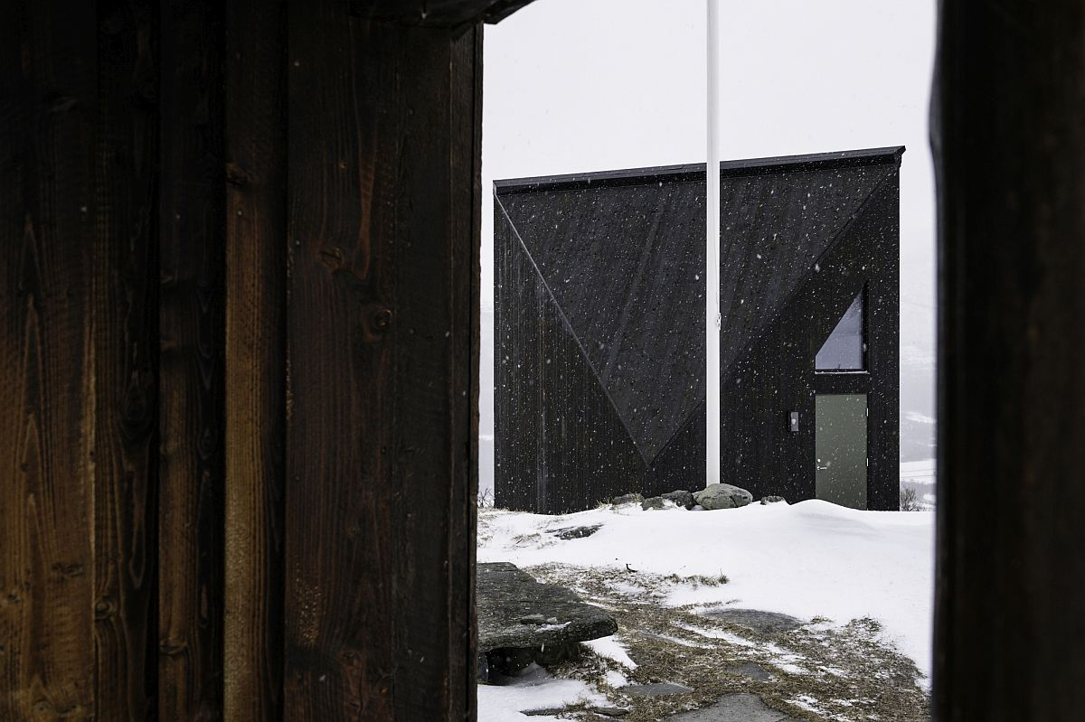 Minimal-and-sleek-external-frame-of-the-Diamanten-Cabin-in-Oppdal-Central-Norway-40467