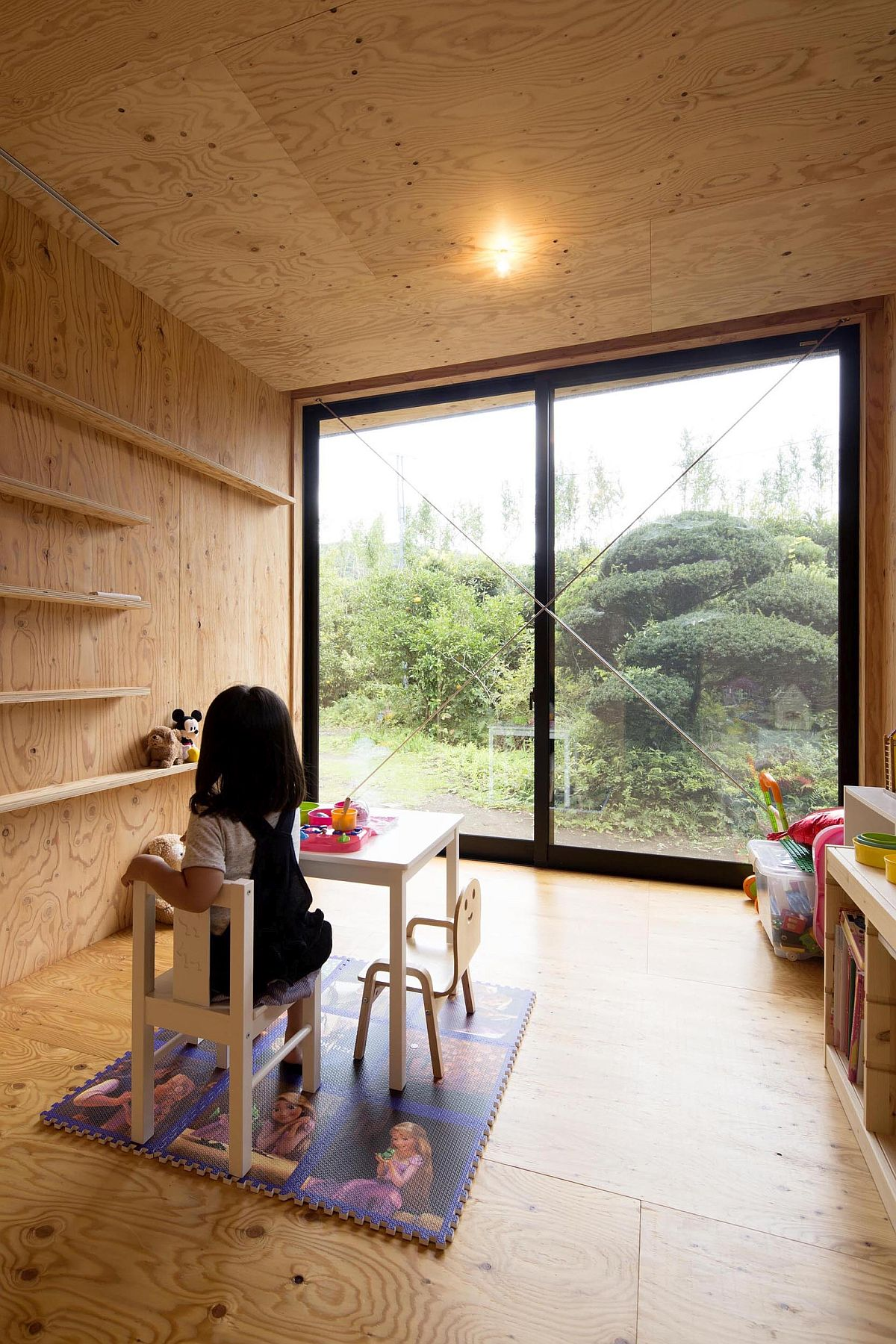 Minimal-playroom-of-the-modern-Japanese-home-with-sliding-glass-doors-78966