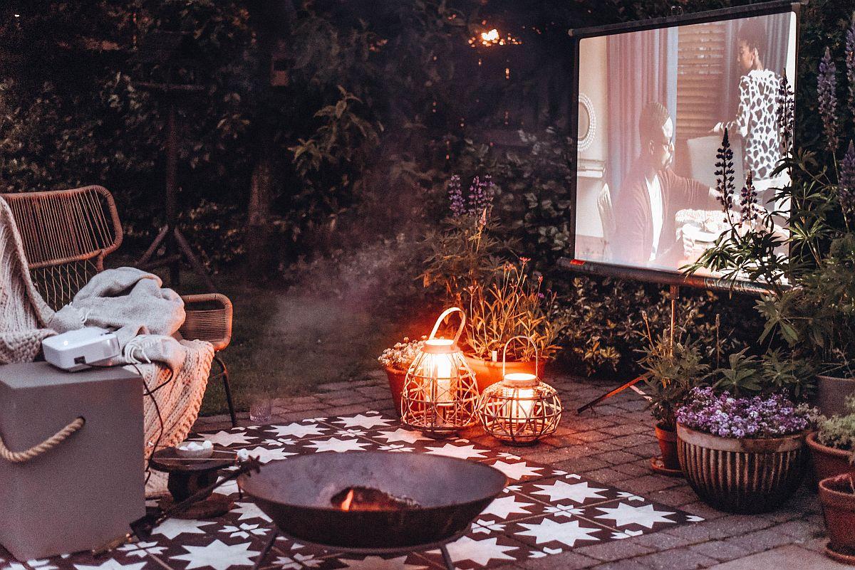 Outdoor cinema idea in the garden at its cozy best